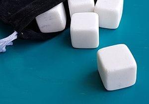 Wiederverwendbare Eiswürfel mit runden Kanten, damit kein Glas zerkratzt wird