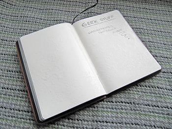 Wasserfestes Notizbuch im Test mit Wasser auf beschriebenen Seiten