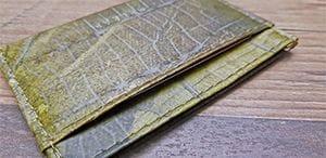 Veganer Geldbeutel: Seitenansicht des veganen Geldbeutels, die die Fäche und die haptische Struktur der Geldbörse zeigen