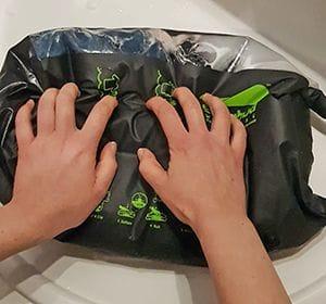 Zum Waschen ohne Strom einfach die Wäsche auf dem integrierten Waschbrett rubbeln