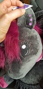 Ohrringe von Ruby dem schwarzen Einhorn am Rucksack