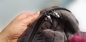 Reissverschluss und Nähte des Einhorn Rucksacks im Detail