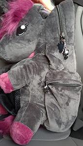 An der Seite des schwarzen Einhorn-Rucksacks befindet sich eine separate Seitentasche mit Reissverschluss