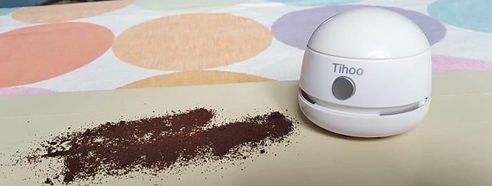 Saugkraft des Tischsaugers anhand von Kaffeesatz aufgezeigt, den der kleine Mini Sauger problemlos einsaugt